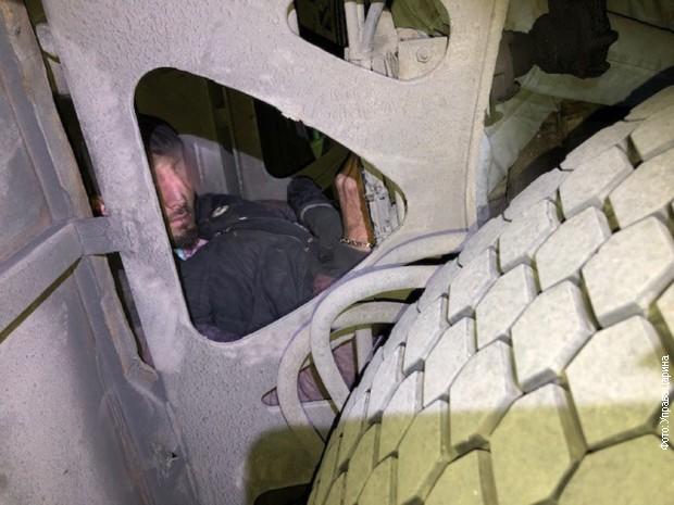 migrant sakriven na osovini izmedju tockova autobusa 22 10 2019