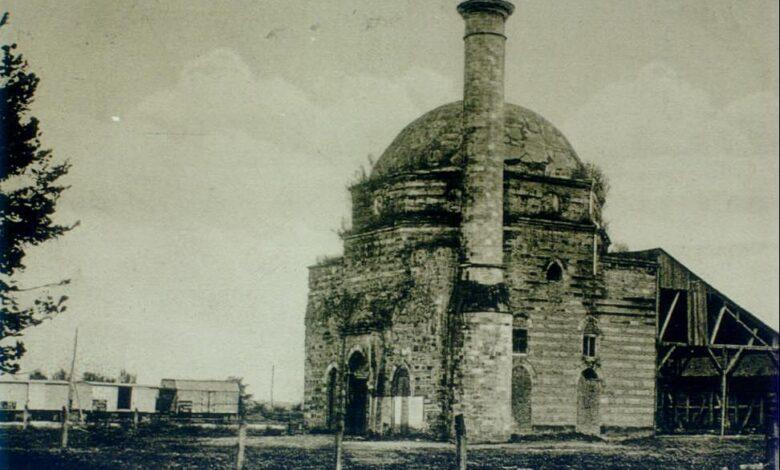 Džamija ona se nalazila preko puta starog Juhora uz njegovu prugu a današnji početak buvljaka pored pružnog prelaza 1