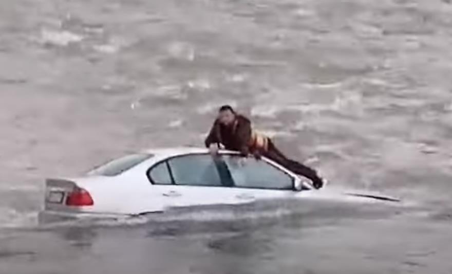 DRAMA U SRED RIJEKE: Čovjek na krovu automobila, spasioci došli do njega (FOTO/VIDEO)