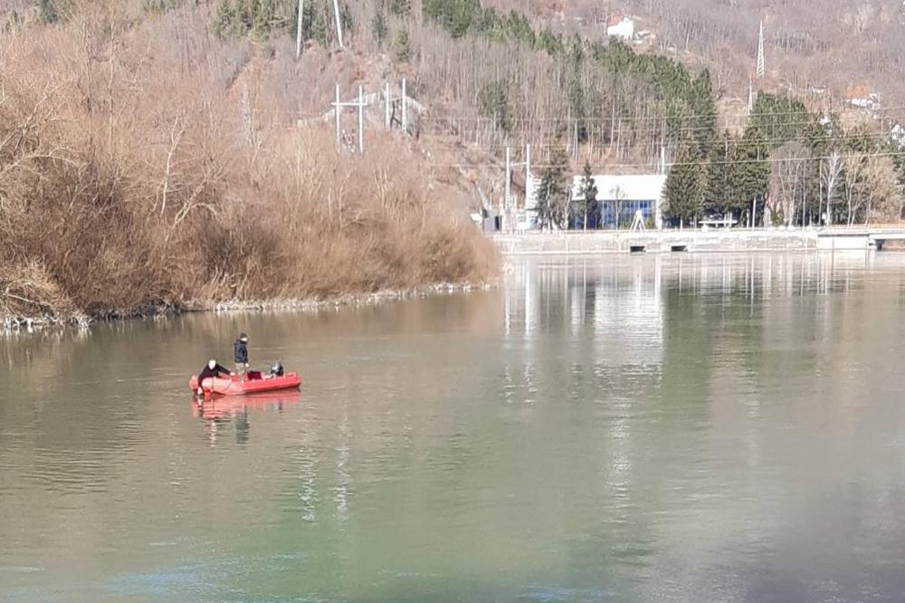 NASTAVLJA SE POTRAGA ZA MUŠKARCEM KOJI JE SLETEO U LIM: Ronioci na dnu reke umesto njegovog vozila, pronašli olupinu kombija