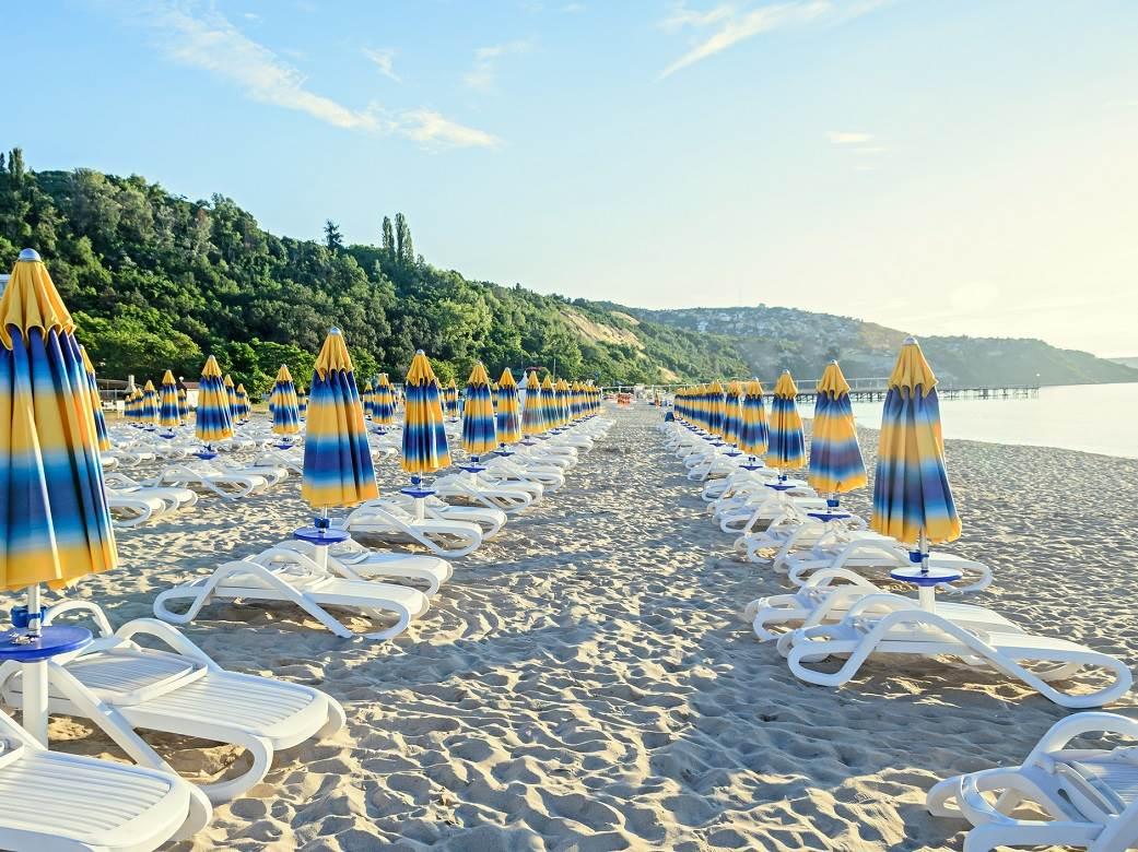"""""""IDEMO ONDA U ALBANIJU!"""" Slika sa plaže razbesnela srpske turiste, ležaljke su rezervisane samo za ove ljude!"""