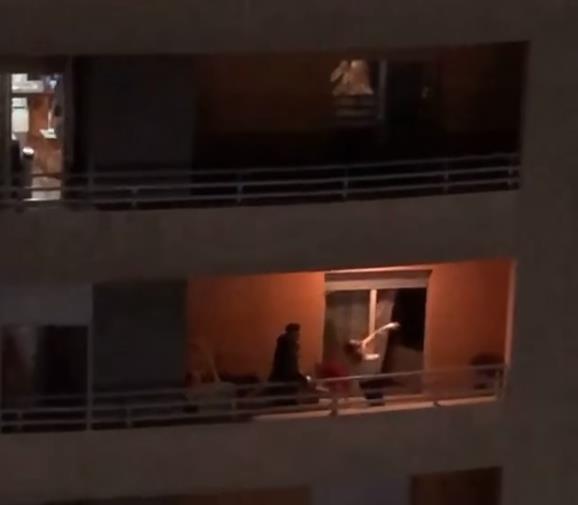Crnogorci se snašli – Kad ne rade kafići, zaigrali na balkonima (Video)